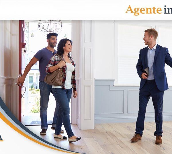agente immobiliare illustra immobile ai clienti