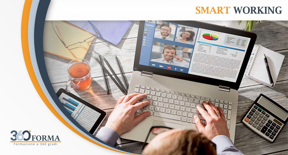 manager mentre gestisce team di lavoro in smart working