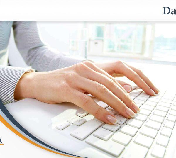 mani di donna su tastiera mentre utilizza tecniche di scrittura veloce